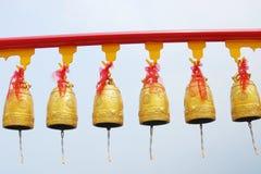 在中国寺庙的金子响铃在泰国。 免版税库存照片