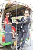 在中国式的可爱的亚洲夫妇在小巴穿戴 免版税图库摄影