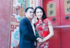 在中国式的可爱的亚洲夫妇穿戴在寺庙 免版税库存图片