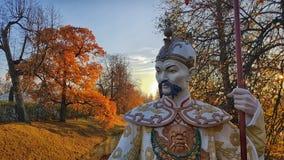在中国桥梁的雕象在Alexanders公园, Tsarskoye Selo, Sai 免版税库存图片