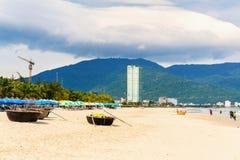 在中国海滩岘港的竹圆的小船在越南 免版税库存图片