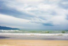在中国海滩的波浪在岘港在越南 库存照片