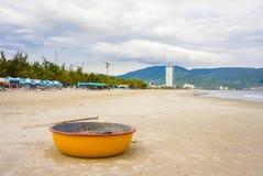 在中国海滩的竹圆的小船在岘港越南 免版税库存照片