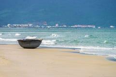 在中国海滩的竹小船在岘港越南 免版税库存图片