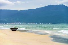 在中国海滩的竹渔船在岘港在越南 免版税图库摄影