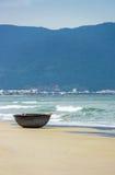 在中国海滩的竹渔船在岘港越南 库存照片