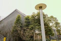 在中国现代大厦前的街灯在晴朗的春天 库存照片