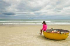 在中国的妇女和竹子小船在岘港越南靠岸 免版税库存照片