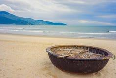 在中国的山和竹小船在越南使岘港靠岸 免版税图库摄影