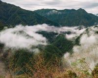在中国的山的有薄雾的云彩 库存照片
