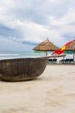 在中国的旗子和竹子小船在岘港越南靠岸 免版税库存图片