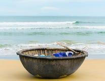 在中国的海和竹子小船在岘港越南靠岸 图库摄影