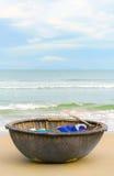 在中国的海和竹子小船在越南使岘港靠岸 库存照片