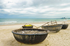 在中国的竹小船在岘港靠岸在越南 免版税库存照片