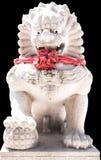 在中国的艺术的老膏药墙壁雕刻了莲花 站立在中国寺庙的被雕刻的石狮子 库存照片