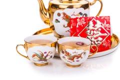 在中国茶具的特写镜头与负担词双幸福的信封 免版税库存照片