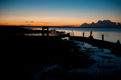 在中国青海湖的月光下,夜的青海湖在游人下的 库存图片