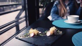 在中国面条的老虎虾用在黑色的盘子的调味汁 亚洲概念食物 背景的人们在餐馆放 免版税库存图片