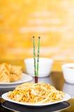 在中国食物中间被钉牢的两双美丽的绿色筷子 图库摄影