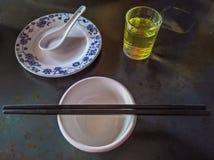 在中国餐馆的通常餐位餐具 免版税库存图片