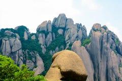 在中国(山脉)的登上黄山的奇怪的石头 库存图片