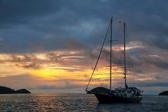 在中国Ha附近在日出的现出轮廓的旅游风船停住的 免版税库存图片