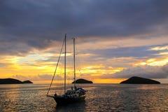 在中国Ha附近在日出的现出轮廓的旅游风船停住的 库存图片