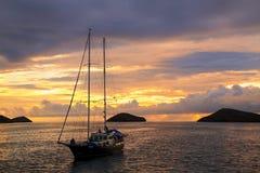 在中国Ha附近在日出的现出轮廓的旅游风船停住的 图库摄影