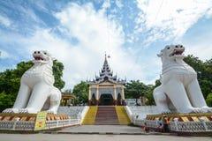 在中央入口门的硕大Bobyoki nat监护人雕象对曼德勒小山塔复合体 佛教T惊人的建筑学  免版税库存图片