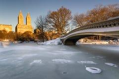 在中央公园和上部西侧, NYC的冬天日出 免版税库存图片