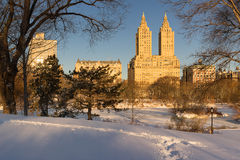 在中央公园和上部西侧, NYC的冬天日出 库存图片