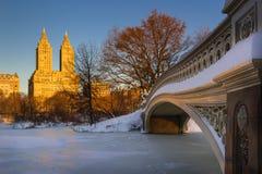 在中央公园和上部西侧, NYC的冬天日出 库存照片