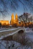 在中央公园和弓桥梁, NYC的冬天日出 免版税图库摄影