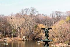 在中央公园的贝塞斯达喷泉在曼哈顿,纽约 免版税库存照片