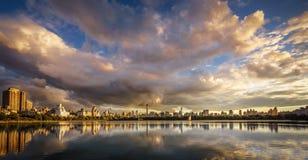 在中央公园水库和曼哈顿,纽约的日落 免版税库存照片