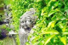 在中央公园绿色居住的孩子的可塑性模型丛生 免版税库存照片