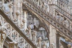 在中央寺院二米兰的哥特式曲拱构筑的夫妇 免版税库存照片