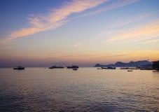 在中央帝力海滩东帝汶的日落 免版税库存图片