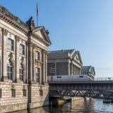 在中央柏林冰通过历史建筑的火车 免版税库存图片