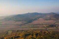 在中央漂泊山地的有薄雾的早晨,捷克 免版税库存照片