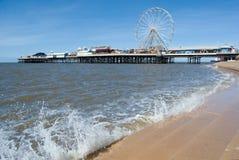 在中央码头的看法有游乐园和台阶,晴朗的春天,西部英国海岸,布莱克浦,英国飞溅波浪的  库存照片