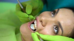 在中央门牙的密封胶安置,切削的牙的整容牙科学 股票录像