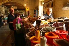 在中央食物市场上的一位未认出的卖主 免版税库存图片
