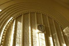 在中央驻地的时钟在赫尔辛基 库存照片