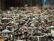 在中央驻地前面停放的许多自行车 免版税库存照片