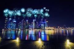 在中心商务区新加坡大厦的烟花在 免版税库存照片