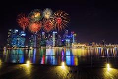 在中心商务区新加坡大厦的烟花在 库存图片
