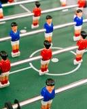 在中心圆附近被安排的红色和蓝色表足球运动员 库存图片