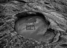 在中心岩石的反射在峡谷 免版税库存图片