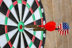 在中心有差别的准确性概念的掷镖的圆靶击中的两支箭箭头 库存图片